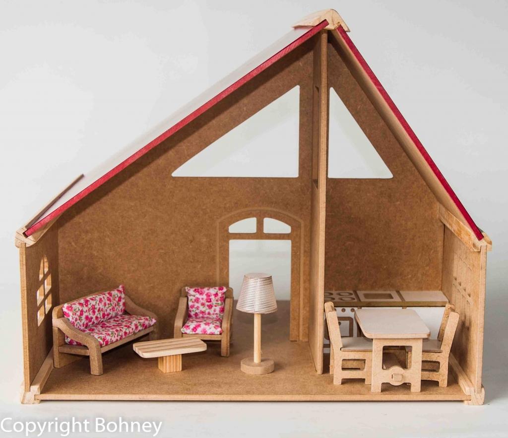 Casa de boneca de um andar, telhado assimétrico e pintado na côr ...
